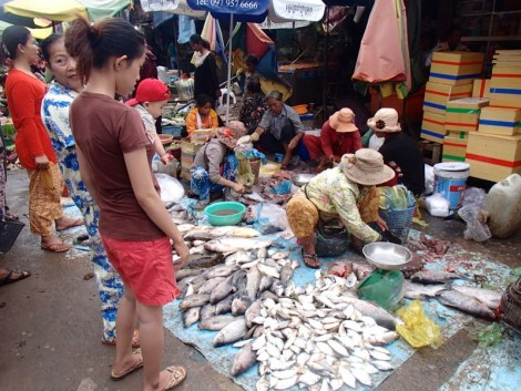 Pyjamas seem to be the height of fashion in a lot of places in Cambodia; even in the fish market when gutting and selling fish?!?!