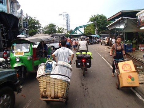 The early morning departure took us through an exciting market just before the Phra Pokklao Rd bridge.